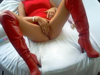 Homemade milf in leather boots toy fucks pussy