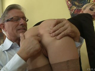 Jessie Volt gets her ass fucked with finger