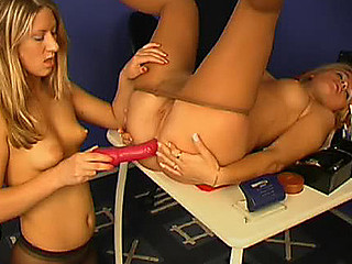 Freaky chick lowering a bit her tights to free her arsehole for dildotoying