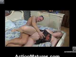 Ardent older chick draining a guy